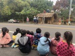 左小學童學建茅草屋