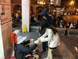 長中學子自發性走上街頭  餅乾湯圓暖暖街友心