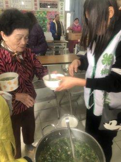 柳營國中前往社區寫春聯並為長輩服務,陪伴長輩享用午餐