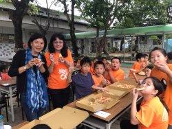 轉載自由時報--披薩車開進吉貝耍國小 學童DIY幸福披薩